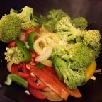 das Gemüse dünsten